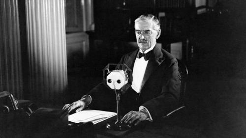 neville-chamberlain-tells-britons-that-the-nation-is-at-war-with-hitlers-germany-136400128701203901-150902170513.jpg
